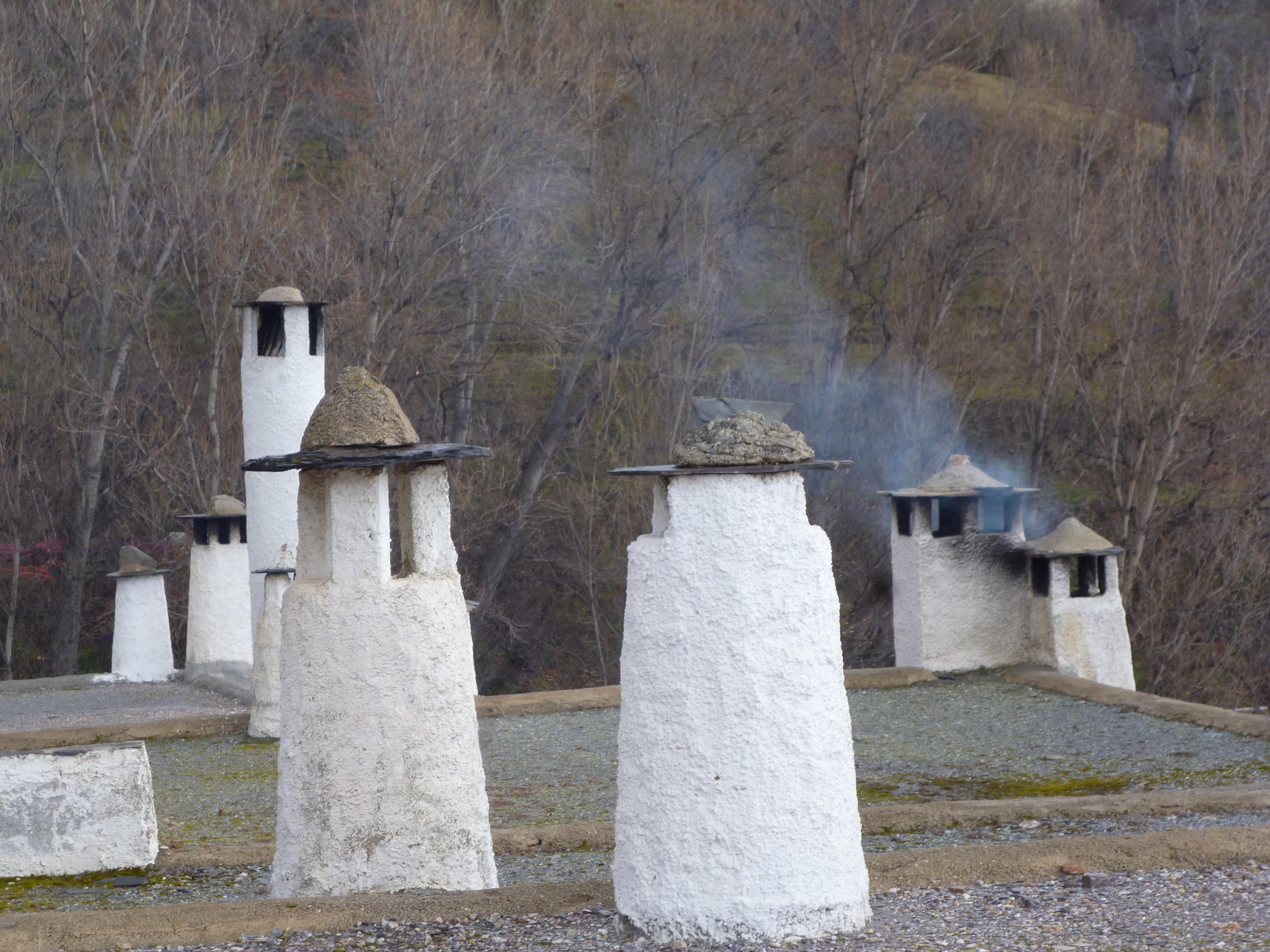 cheminées; les toitures sont couvertes d'un gravier local assurant l'étanchéité