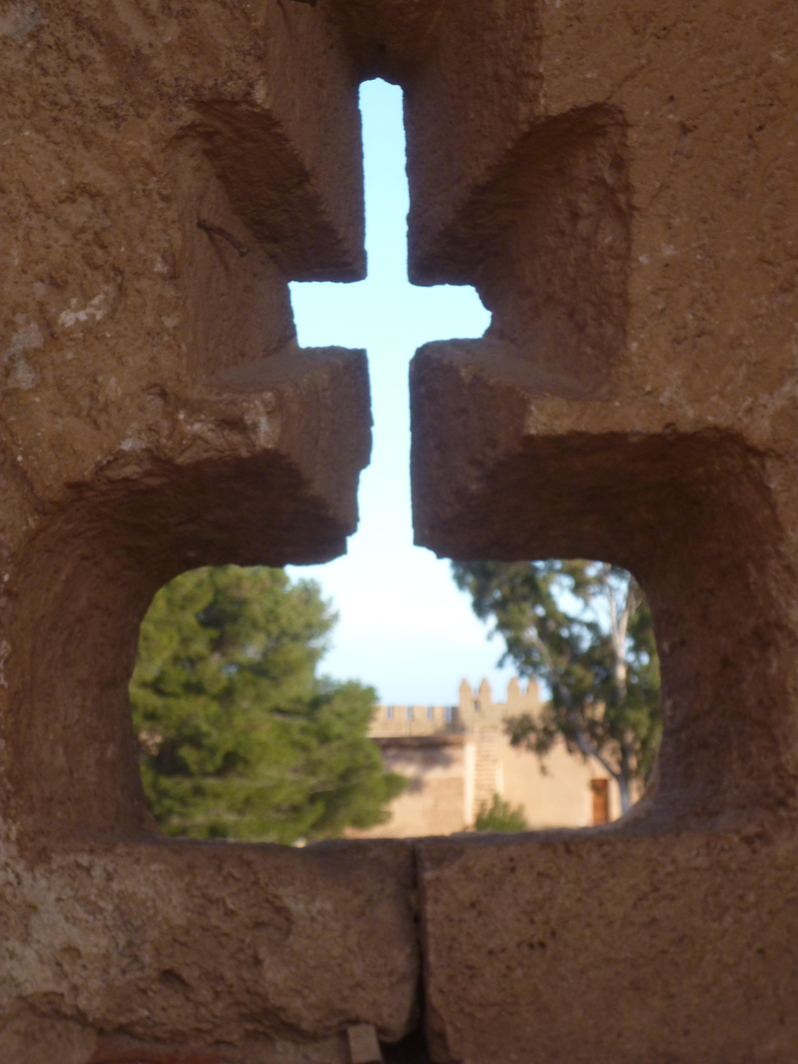 notez la meurtrière avec la croix chretienne