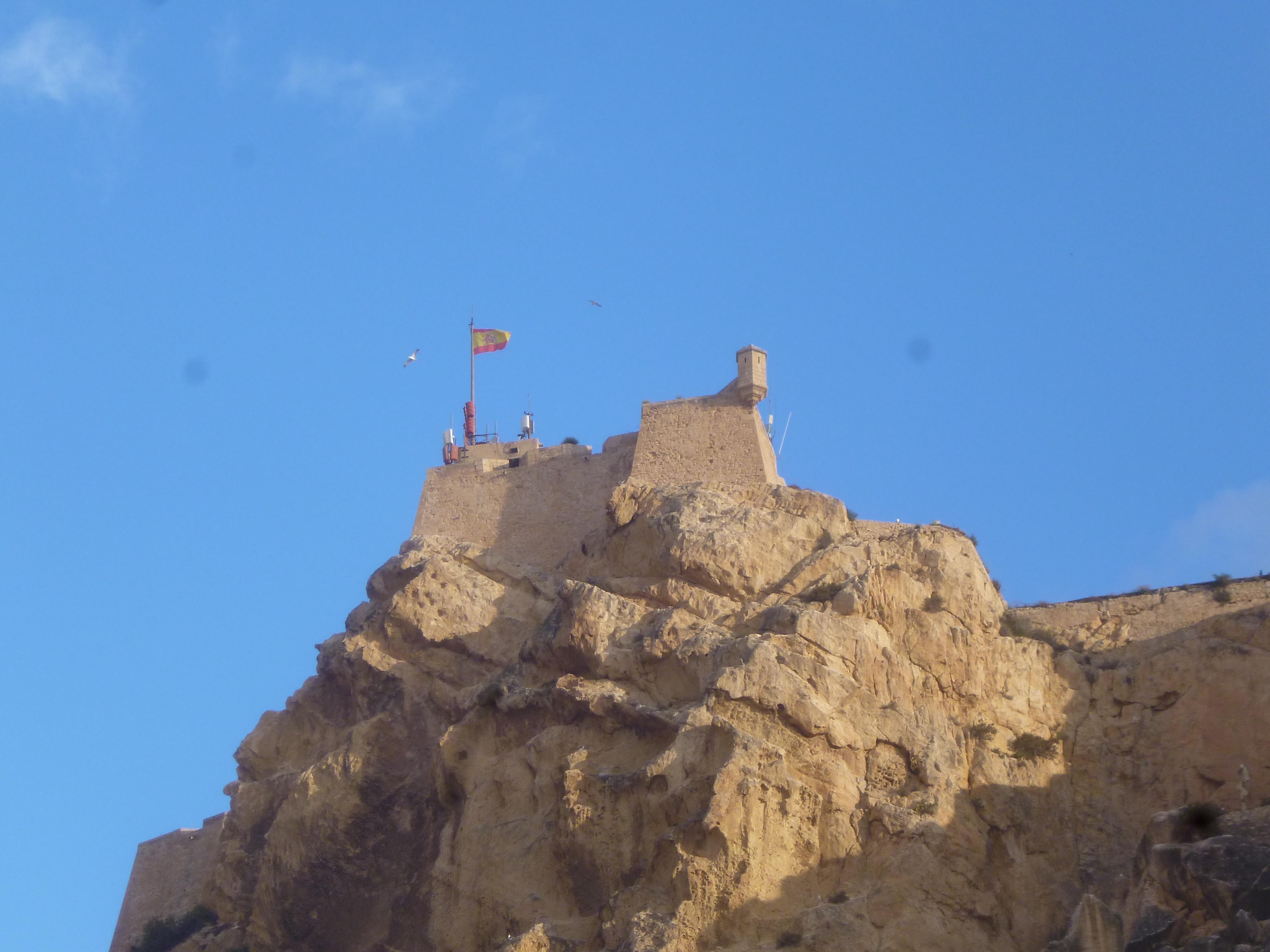 Le castillo dominant Alicante, un de plus.