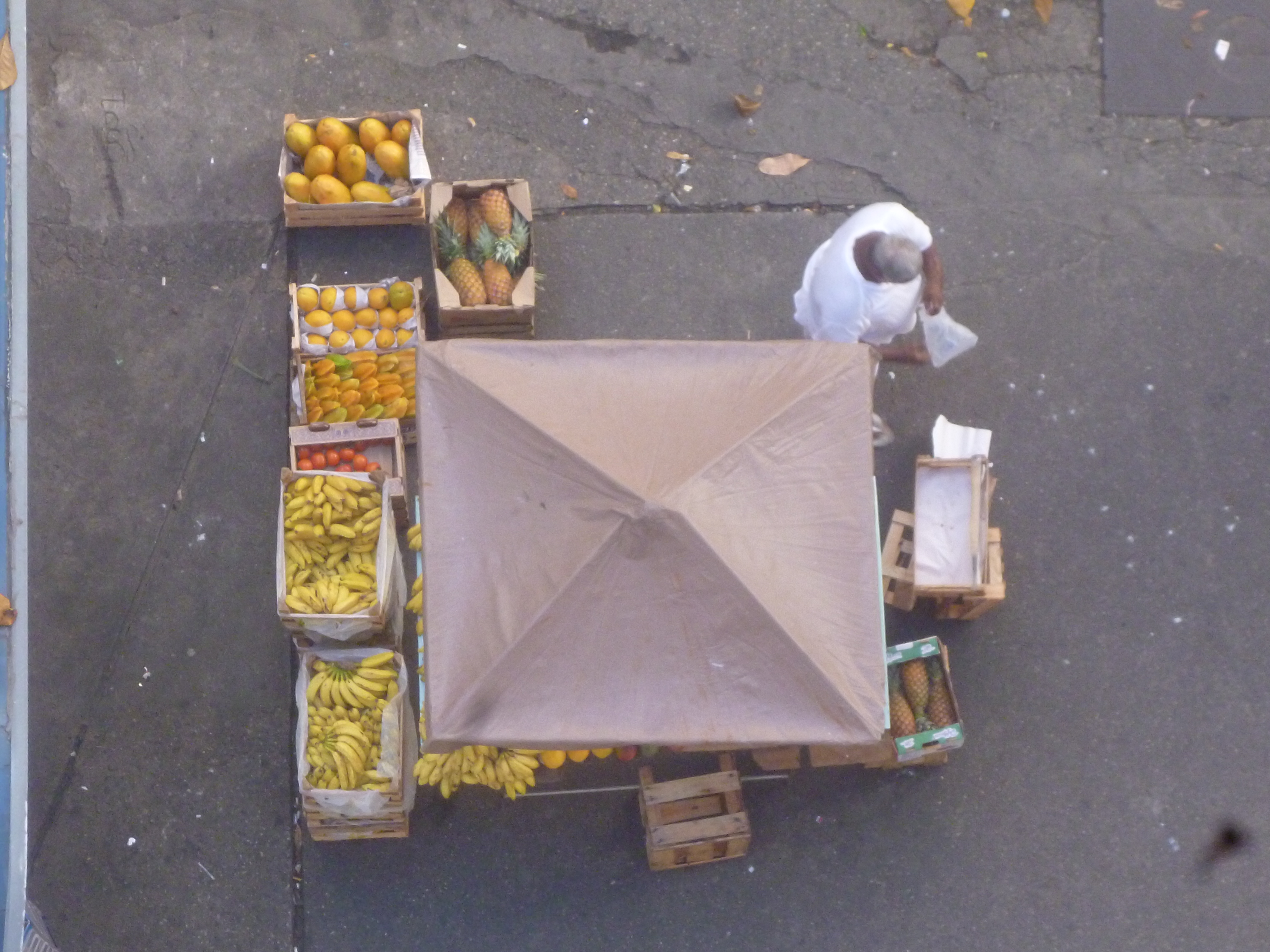 au pied de notre immeuble,notre marchand ambulant: mangue, papaye, banane...
