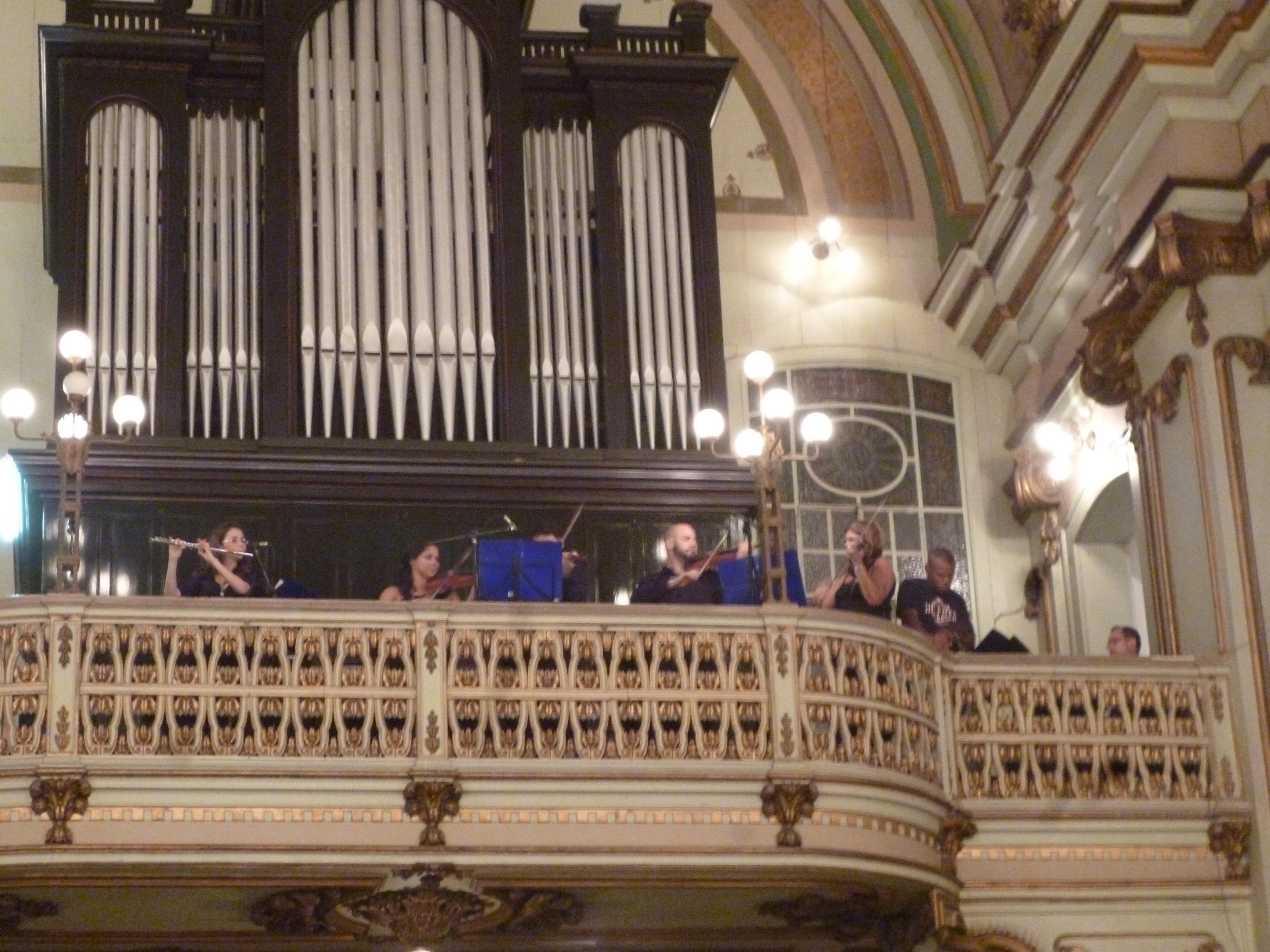l'orgue, les musiciens, le chanteur...