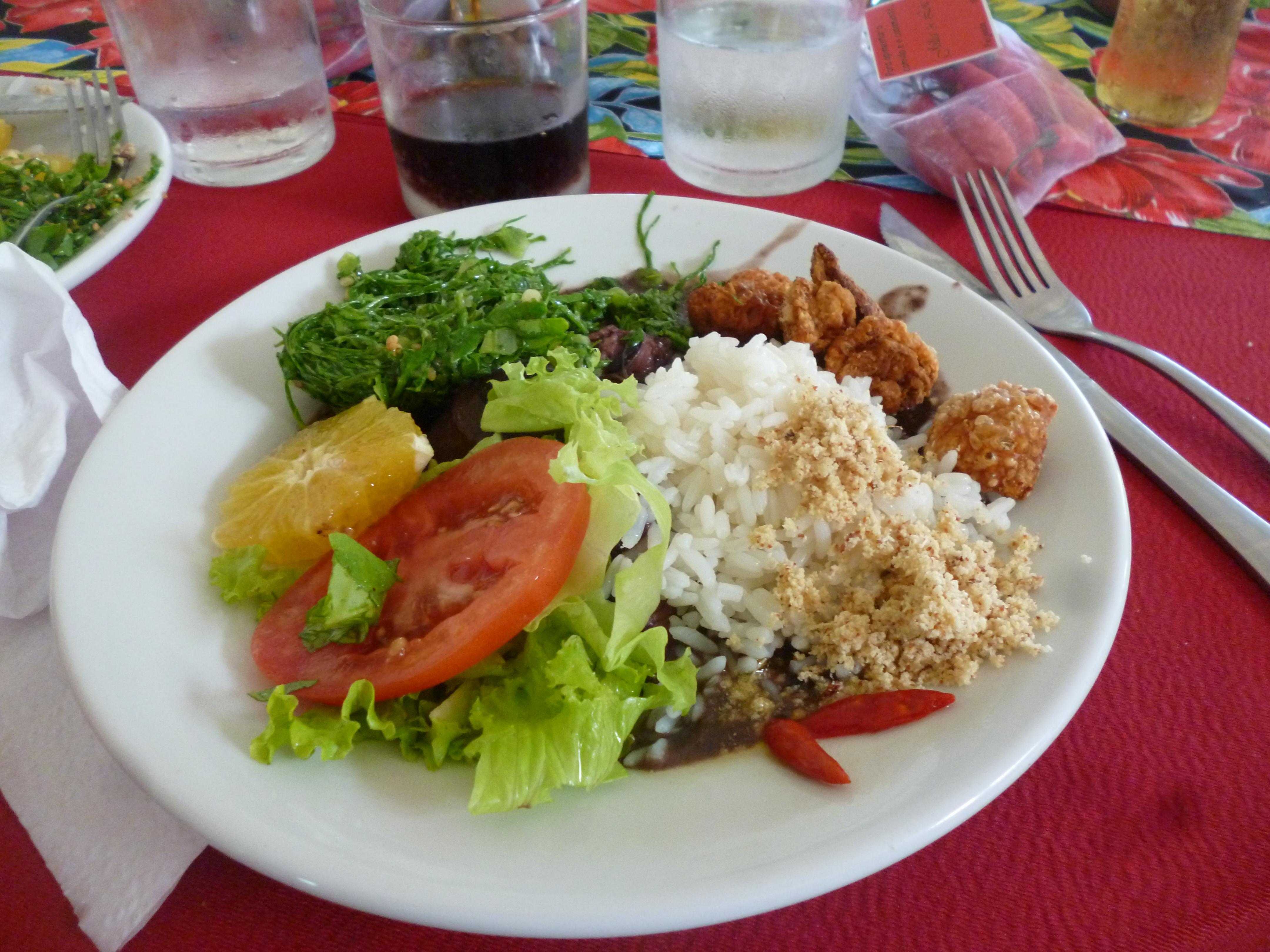 riz, feijoa, viandes, crudités,couennes frites, choux braisés farofa,orange et piment voilà la vrai feijoada