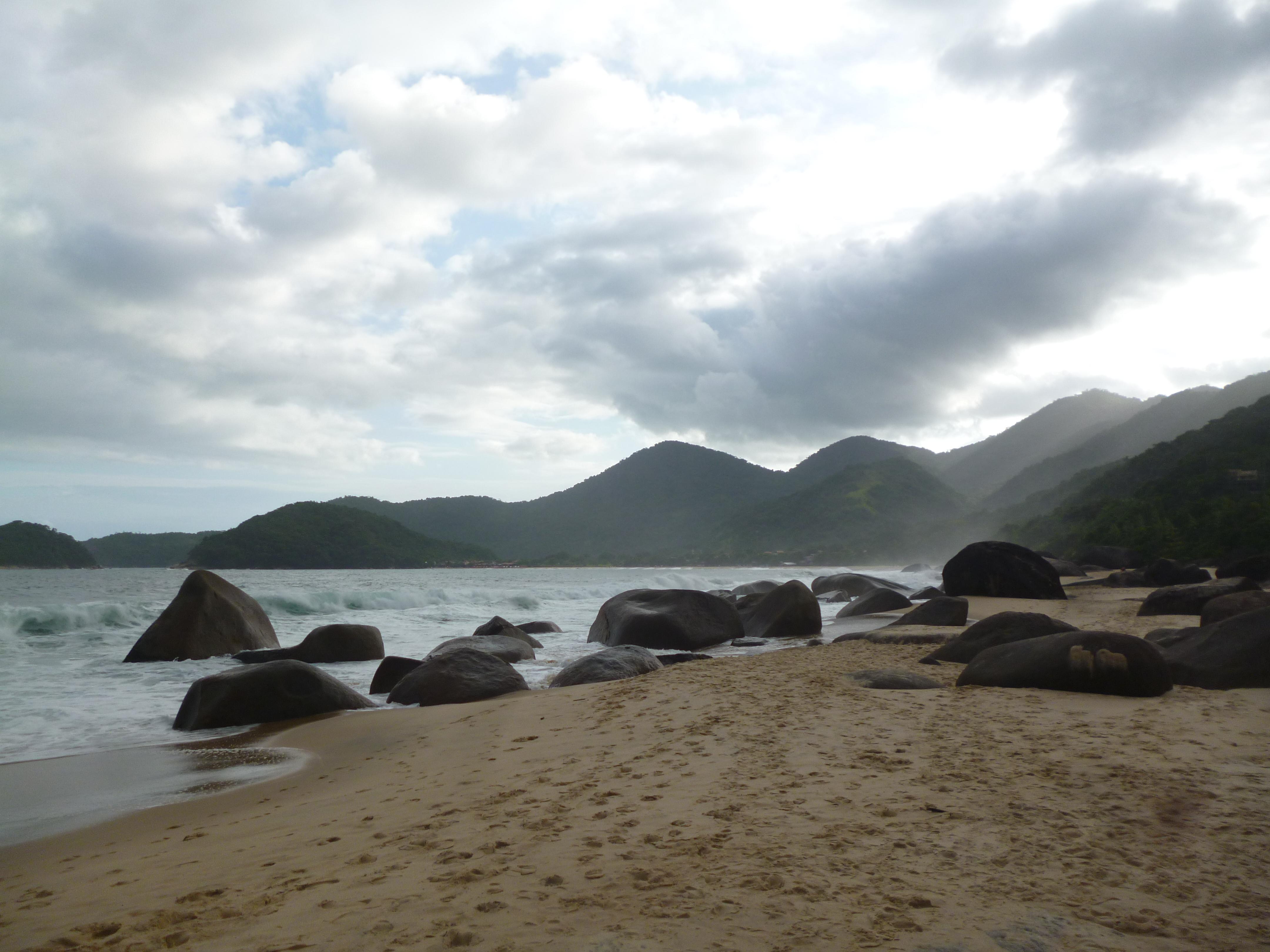 plage vers Trindade temps nuageux