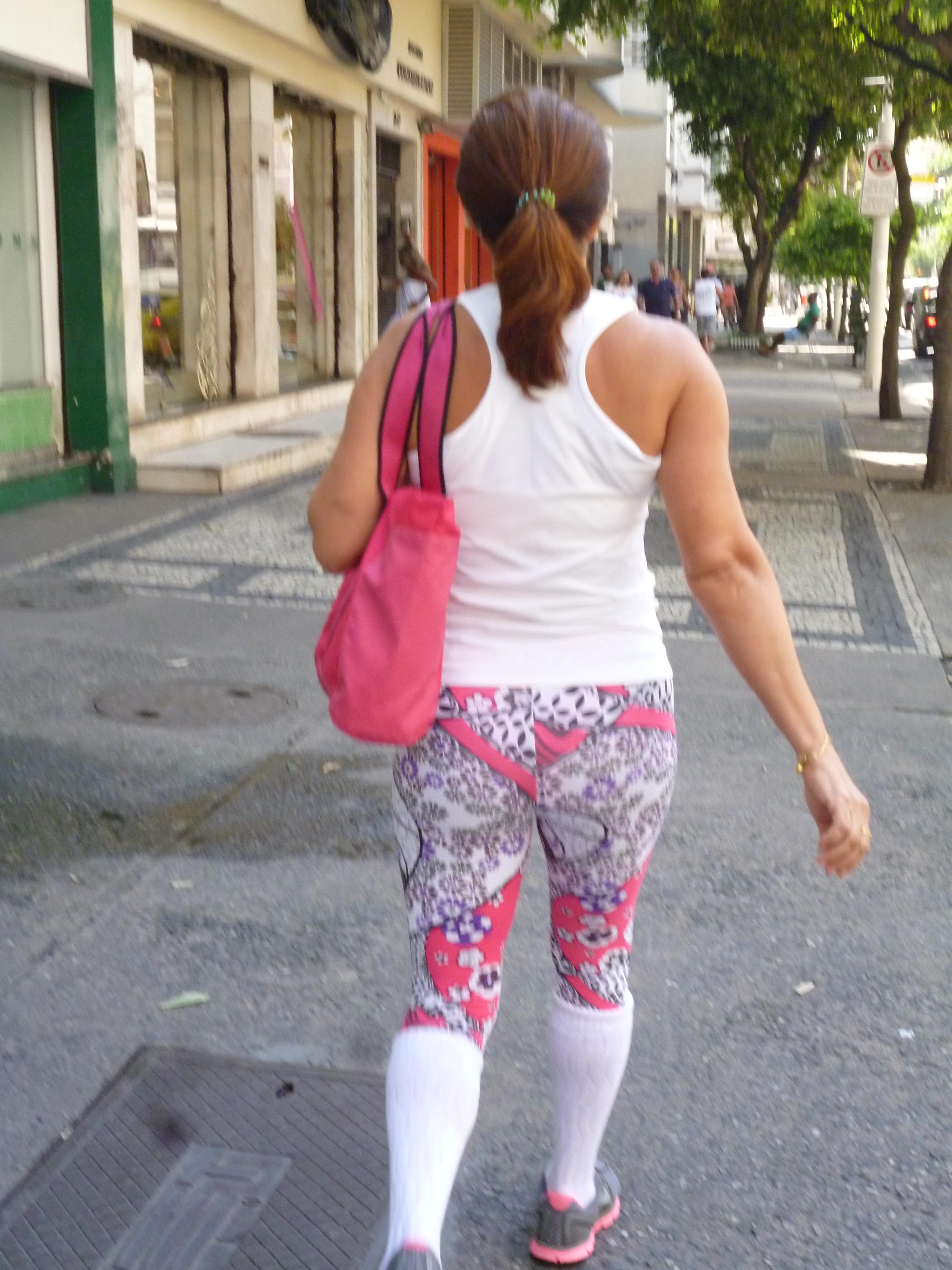 la dernière mode à Rio: un collant tres coloré, des grosses chaussettes blanches montantes, des chaussures de sport fluo