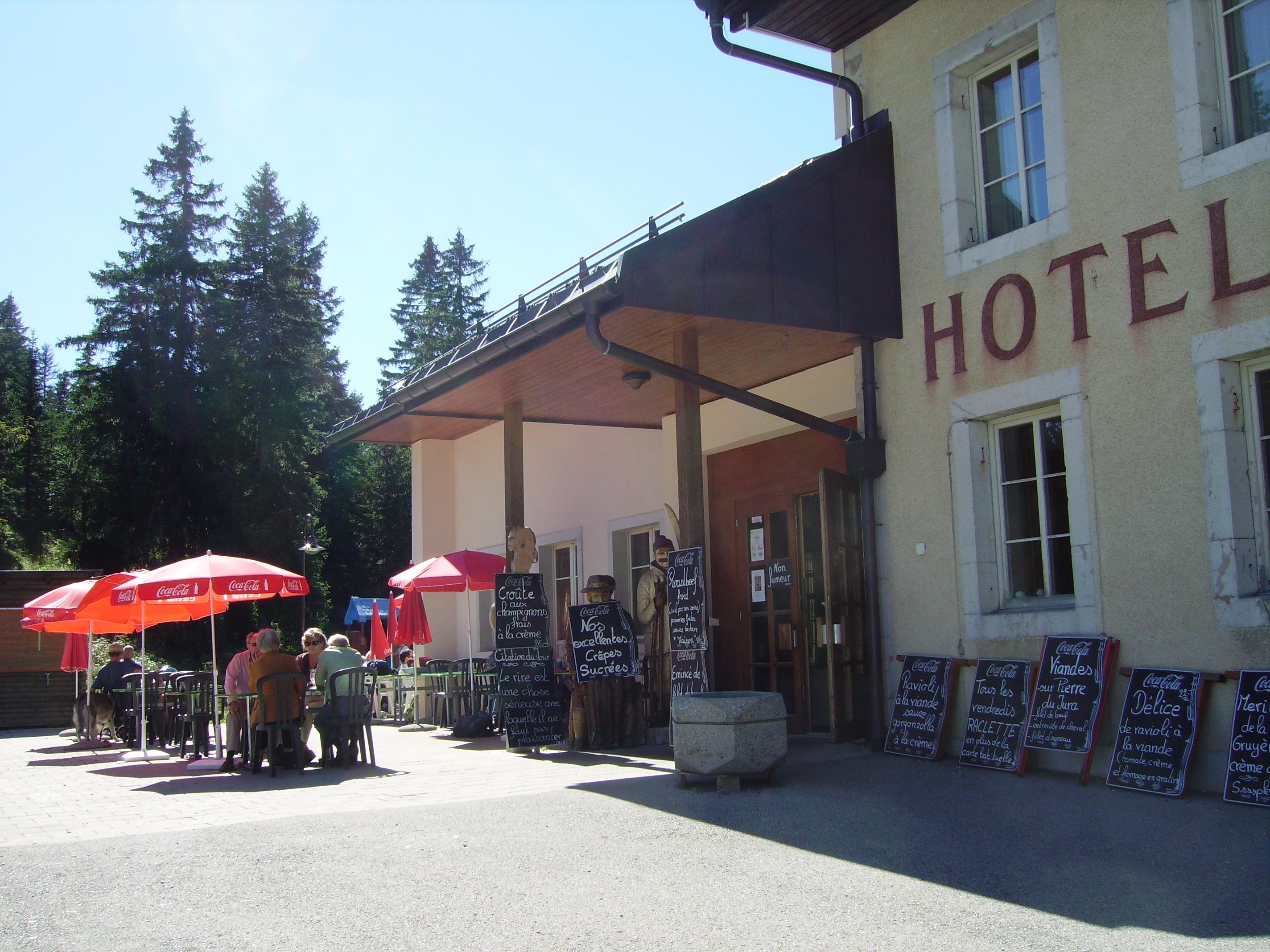 bar restaurant au col du Marchairuz, Suisse. un scré coin.