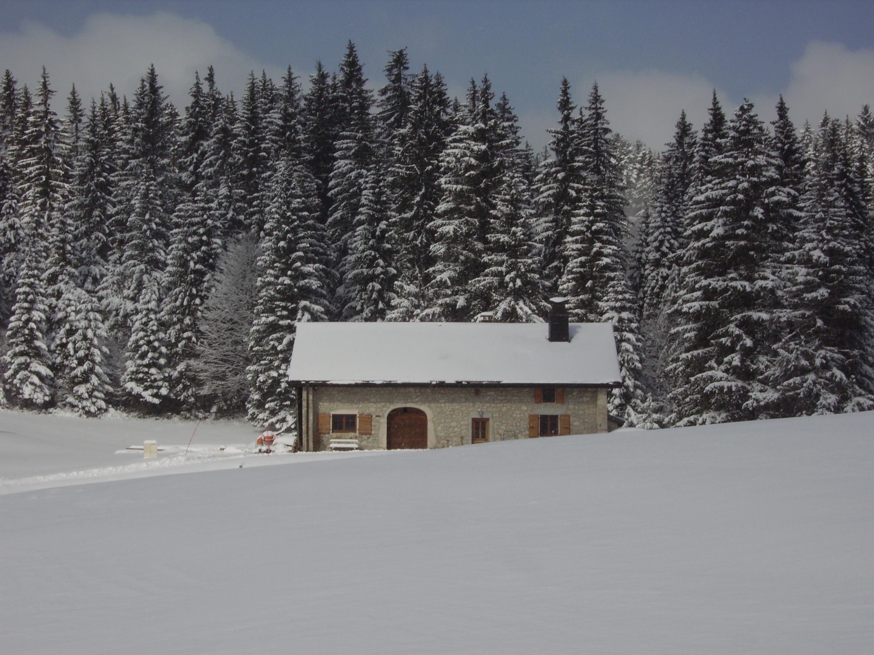 ferme traditionnelle sous la neige