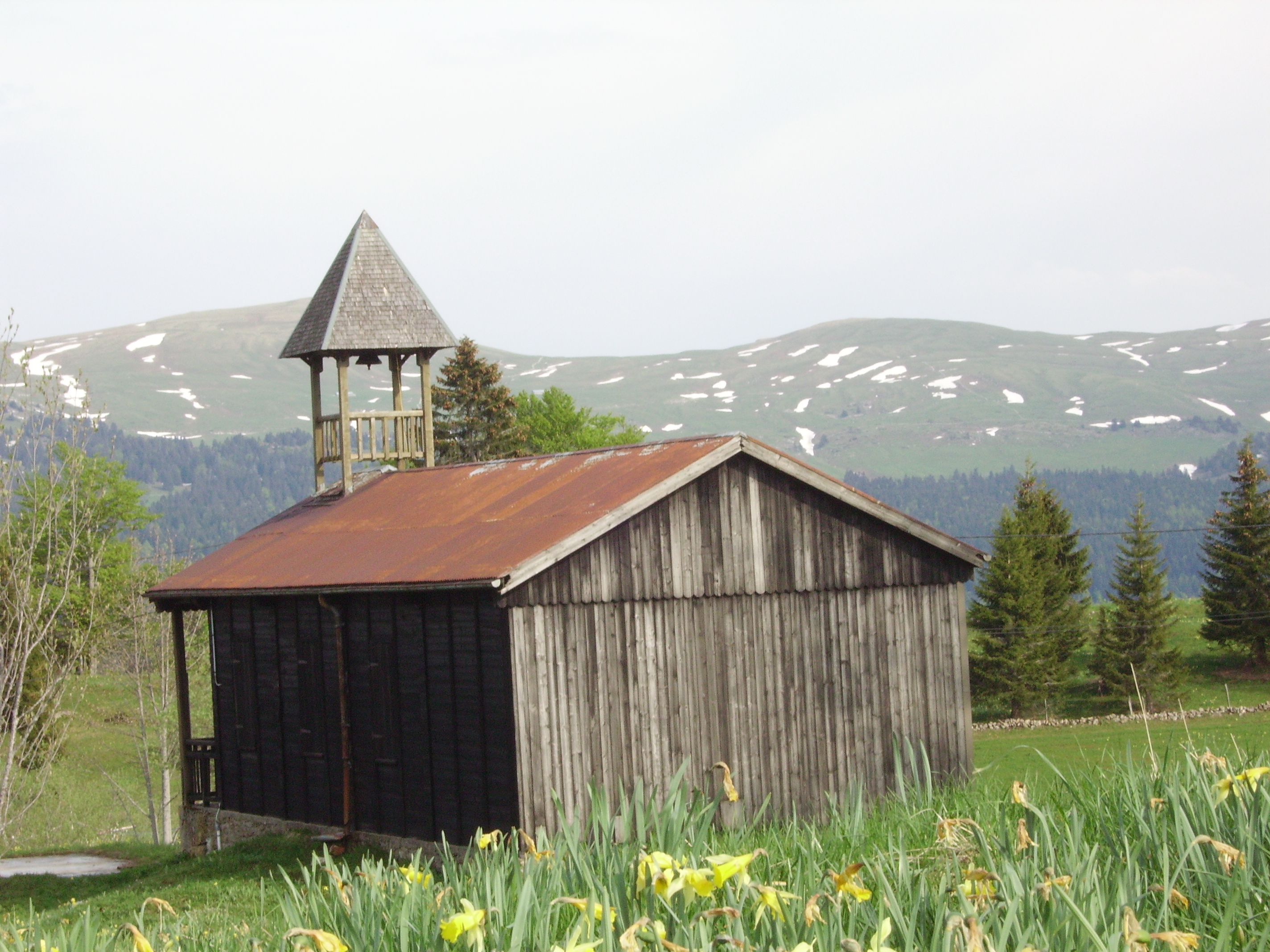 la chapelle de Cariche devant la haute chaîne