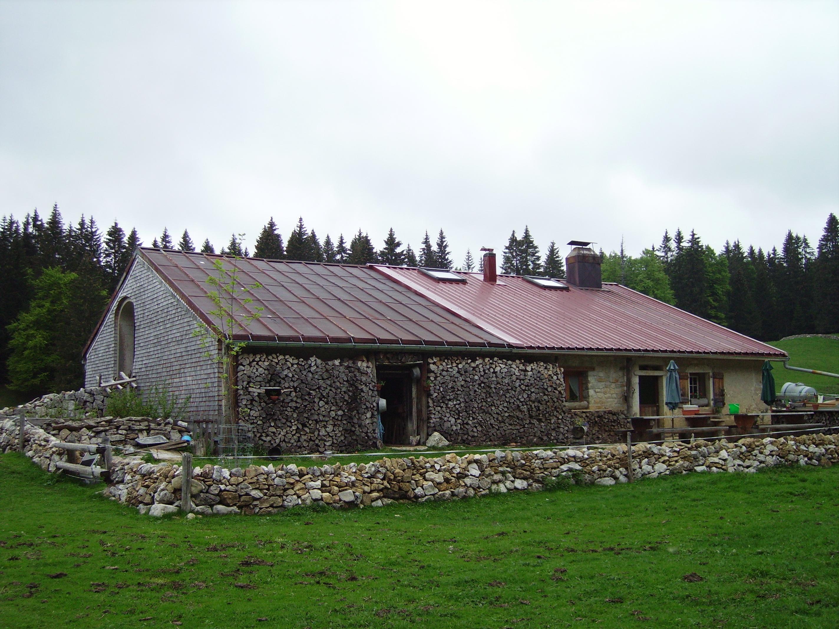 Quelque peu retirée, cette maison est auto suffisante: pas d'électricité sinon photovoltaique, eau du puit, chauffage bois, potager, volailles...