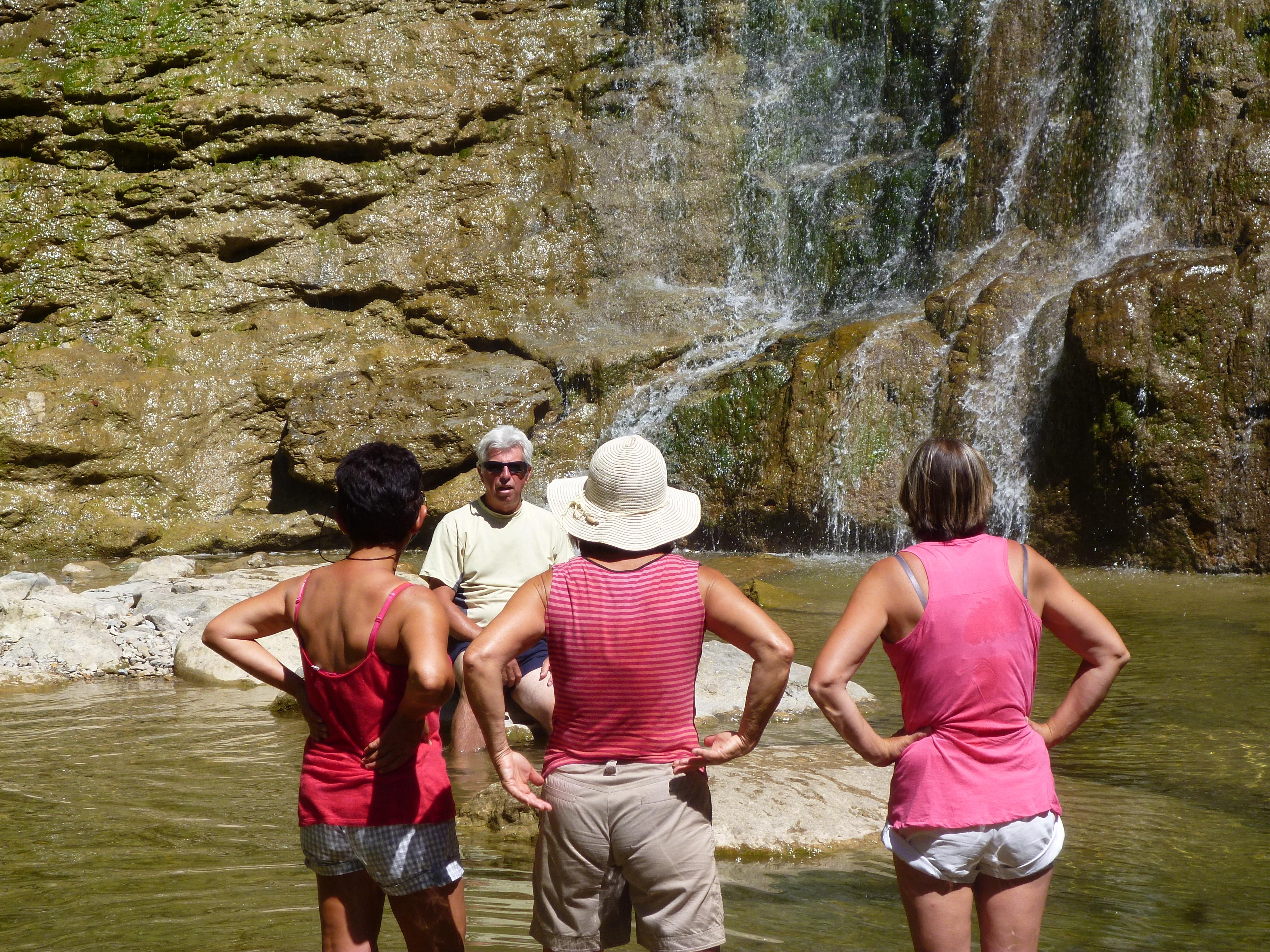 touristes, vasque de la cascade Queue de Cheval