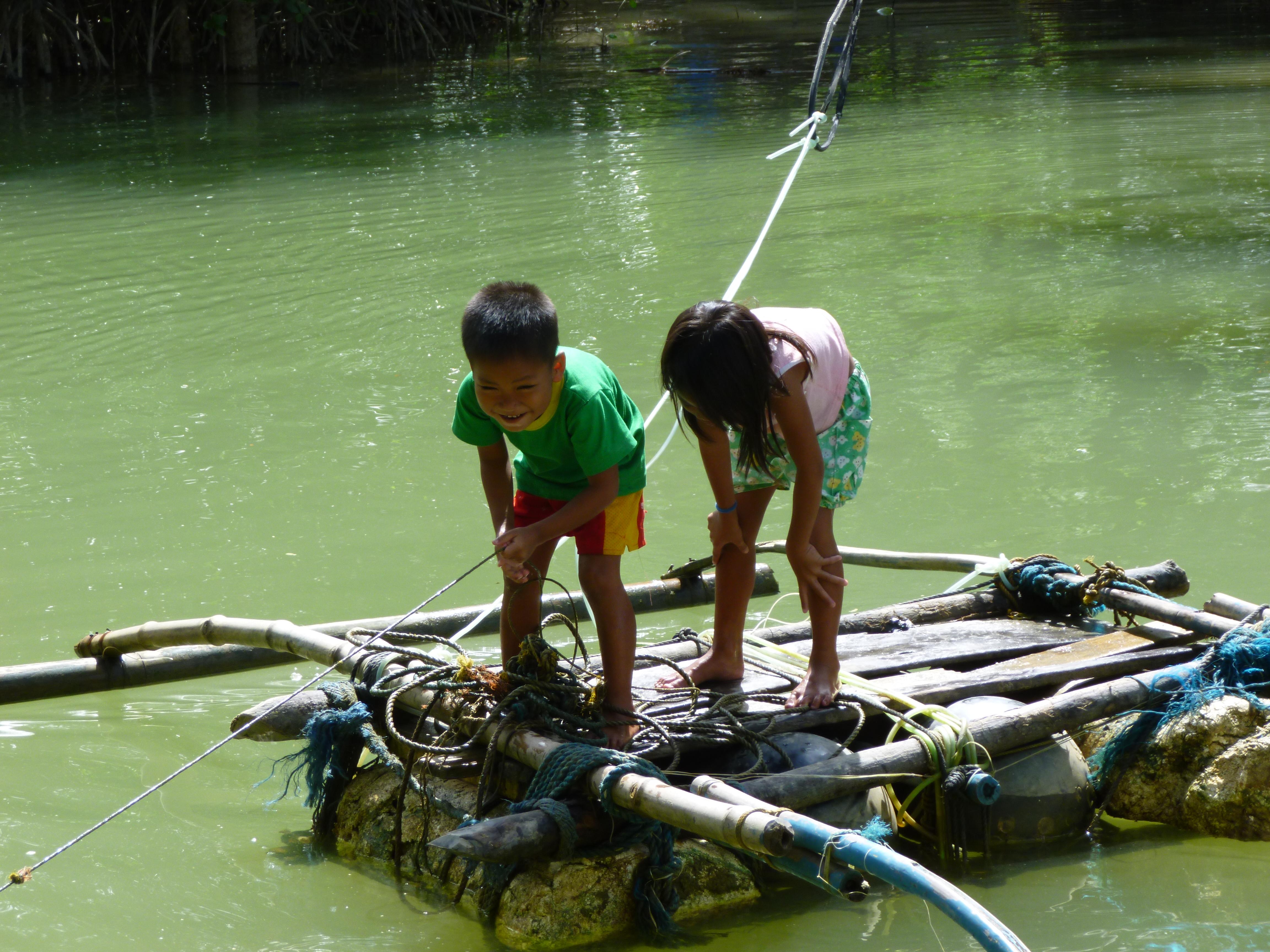 enfants traversants un ruisseau grace à un radeau, nous ferons de même.