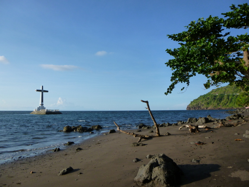 Au cours du séisme de 1871, le cimetière de Bonbon a glissé sous la mer: une croix en mer marque son emplacement, le sunken cemetery.
