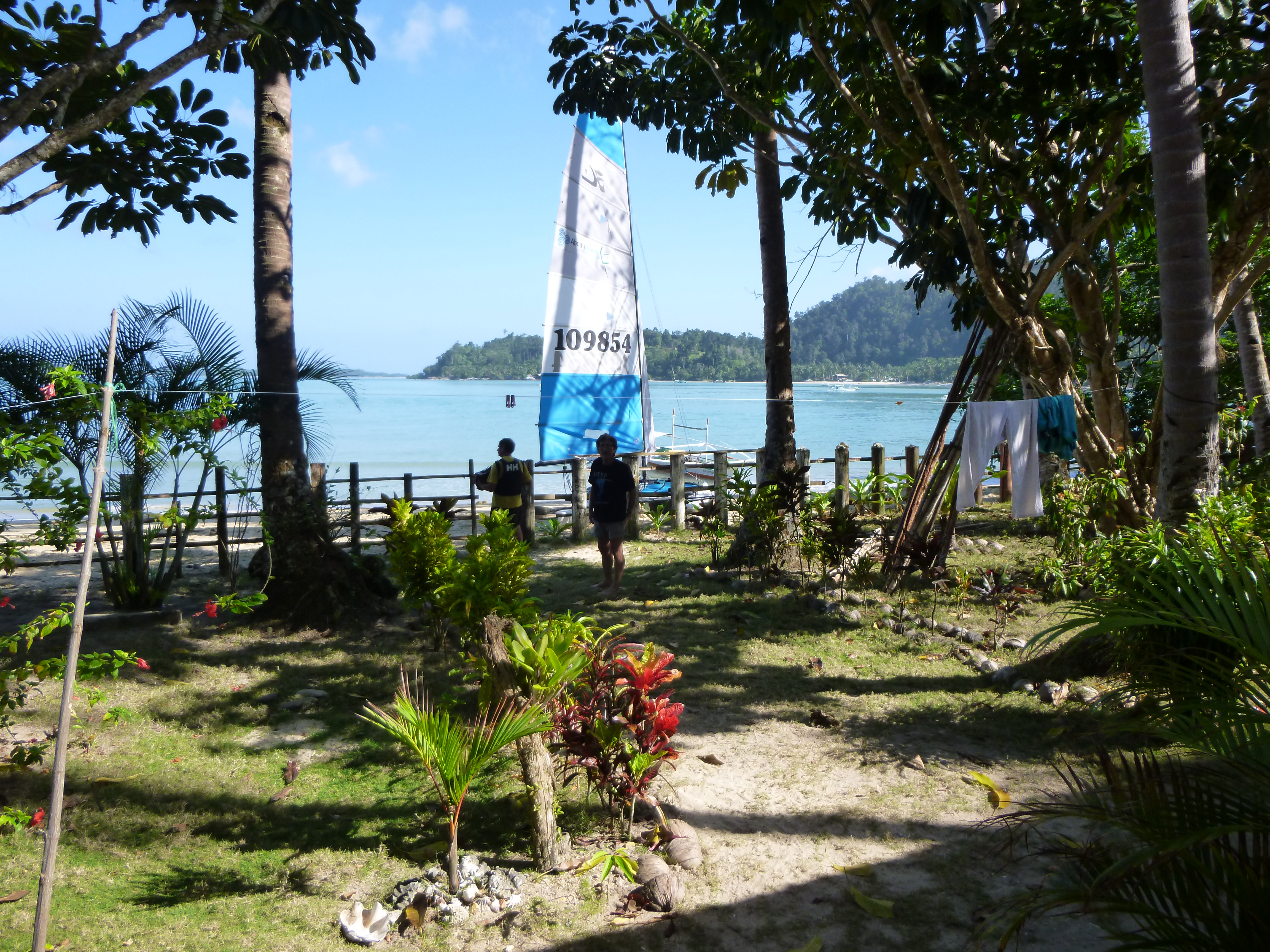 vue sur le jardin et la plage depuis notre nippa hut