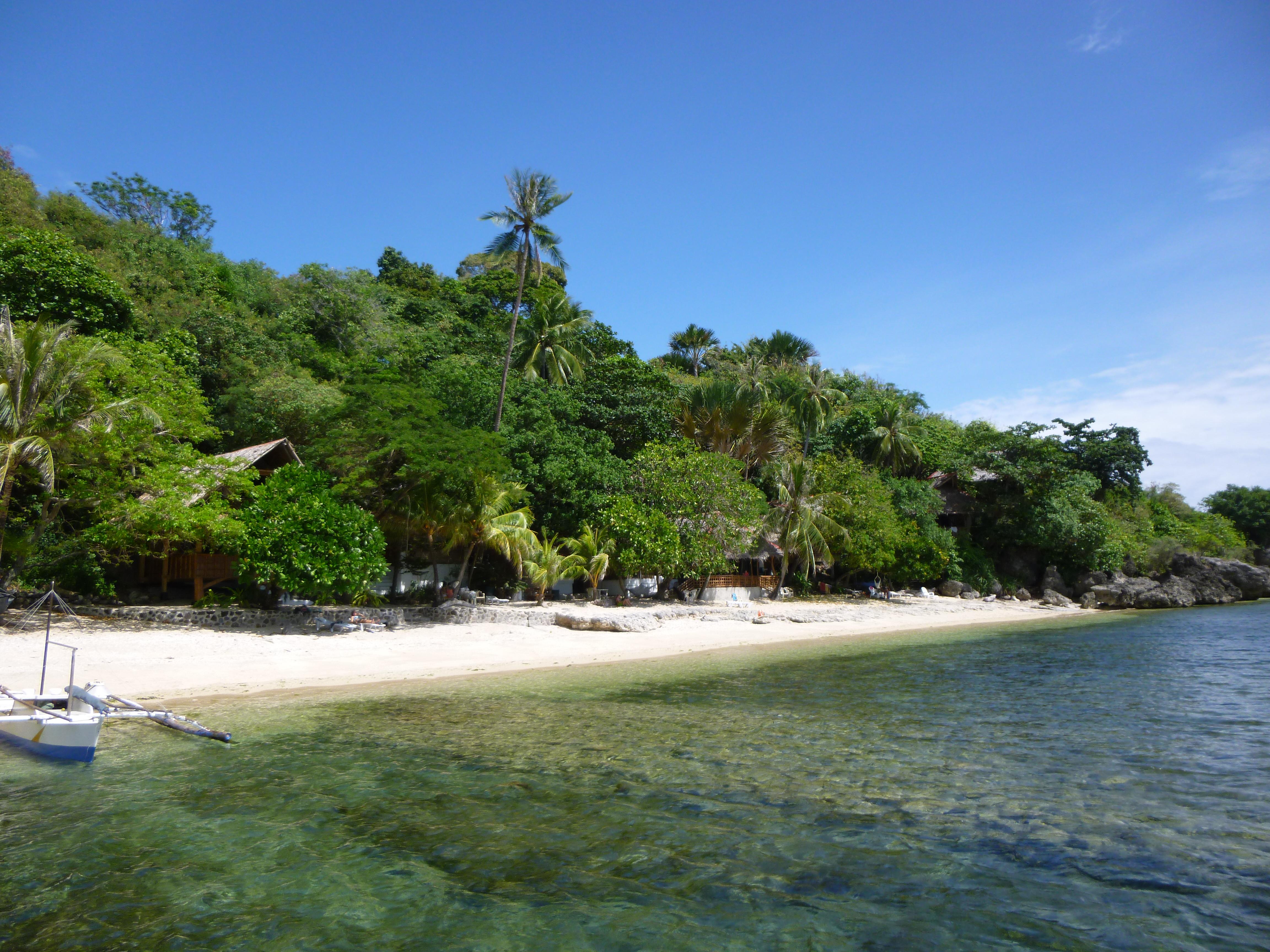 vers Antulang, une plage que nous aimons bien, habitations en bambou dans la végetation