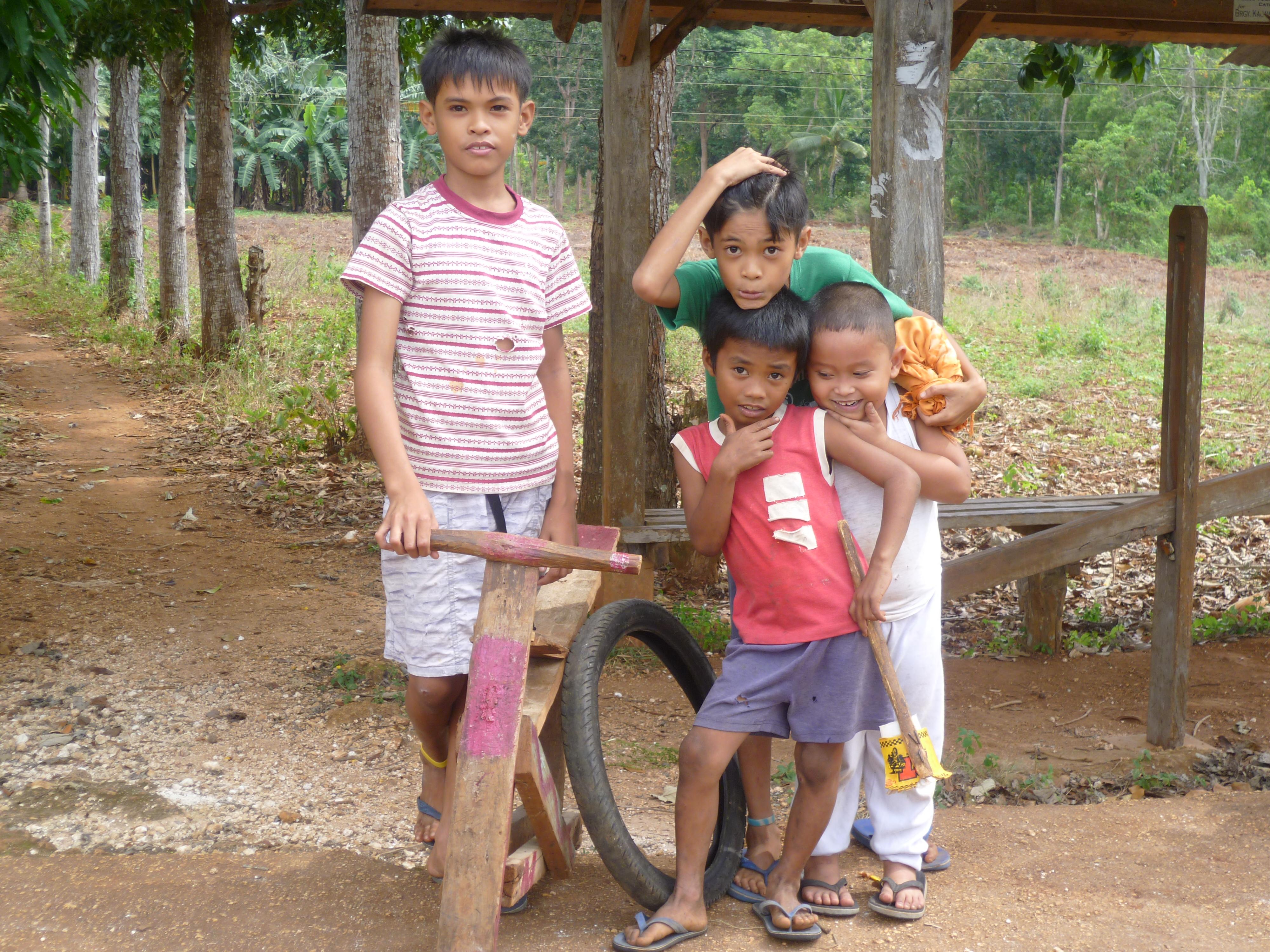 Siquijor, nous croisons ces enfants jouants sur la route, je propose de les photographier, en 2 secondes ils prennent la pose. J'adore.
