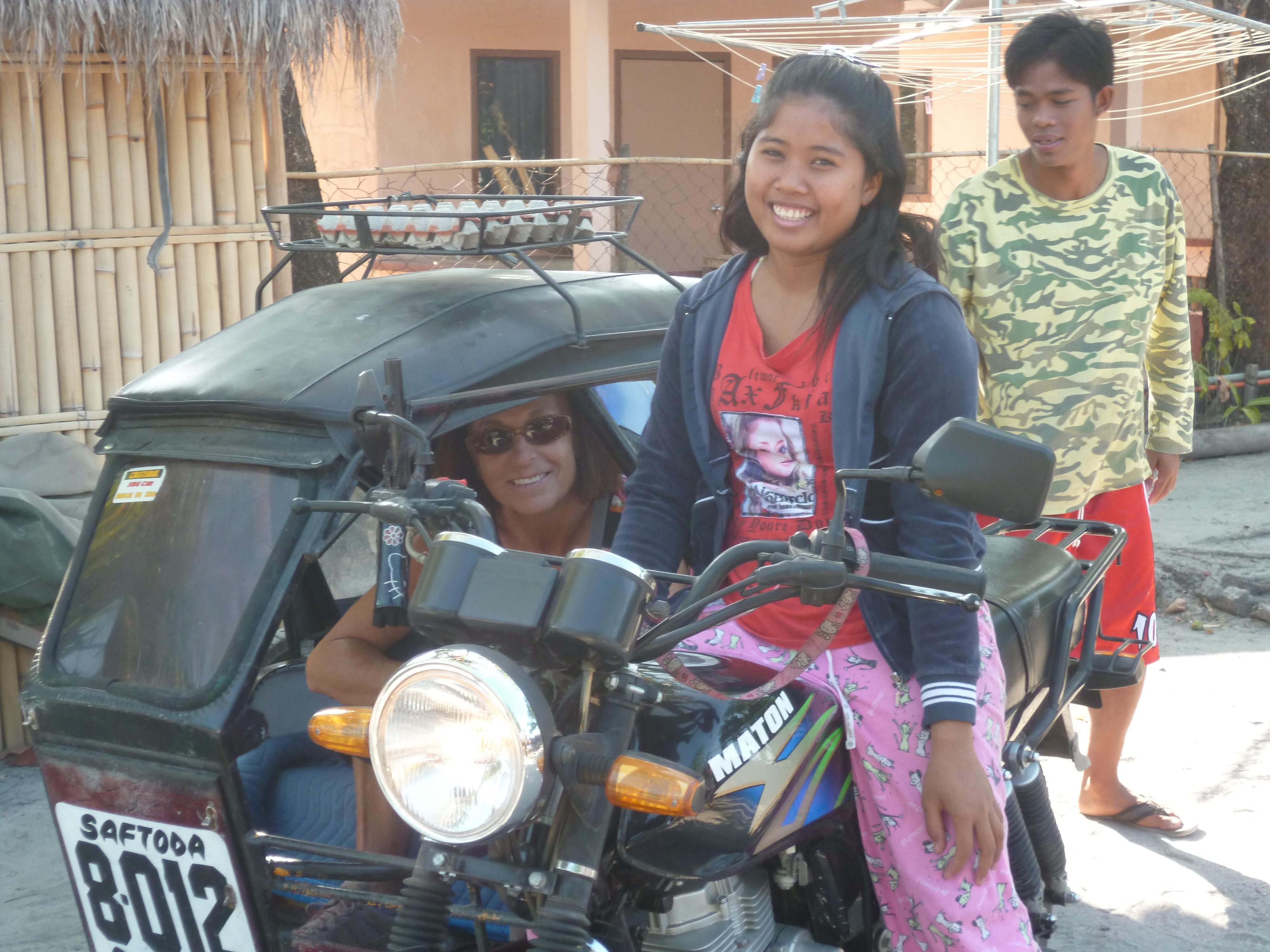 Marie, cuisinière et chauffeur de tricycle