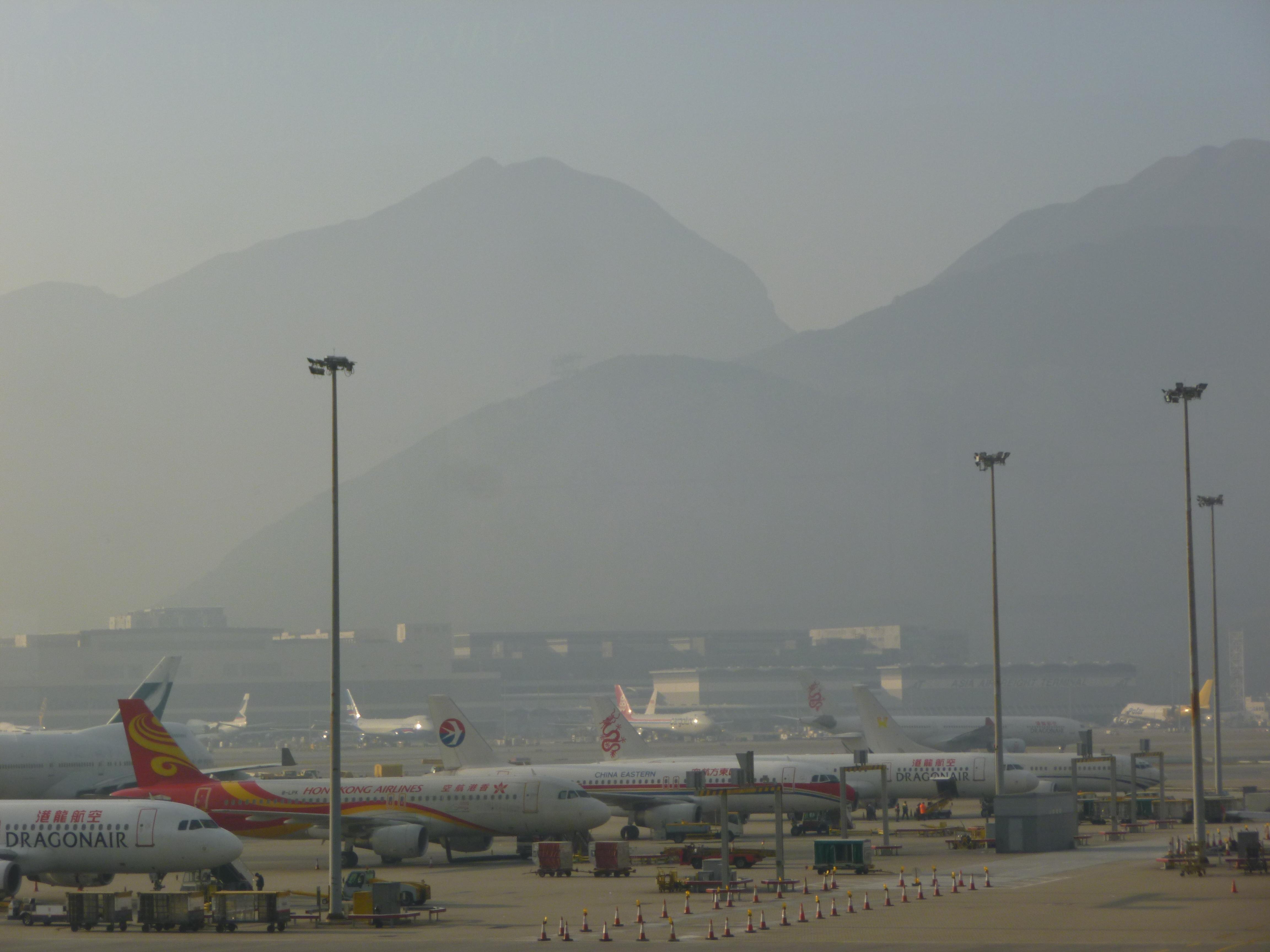 une vue de la Chine, aéroport de Hong Kong au petit matin