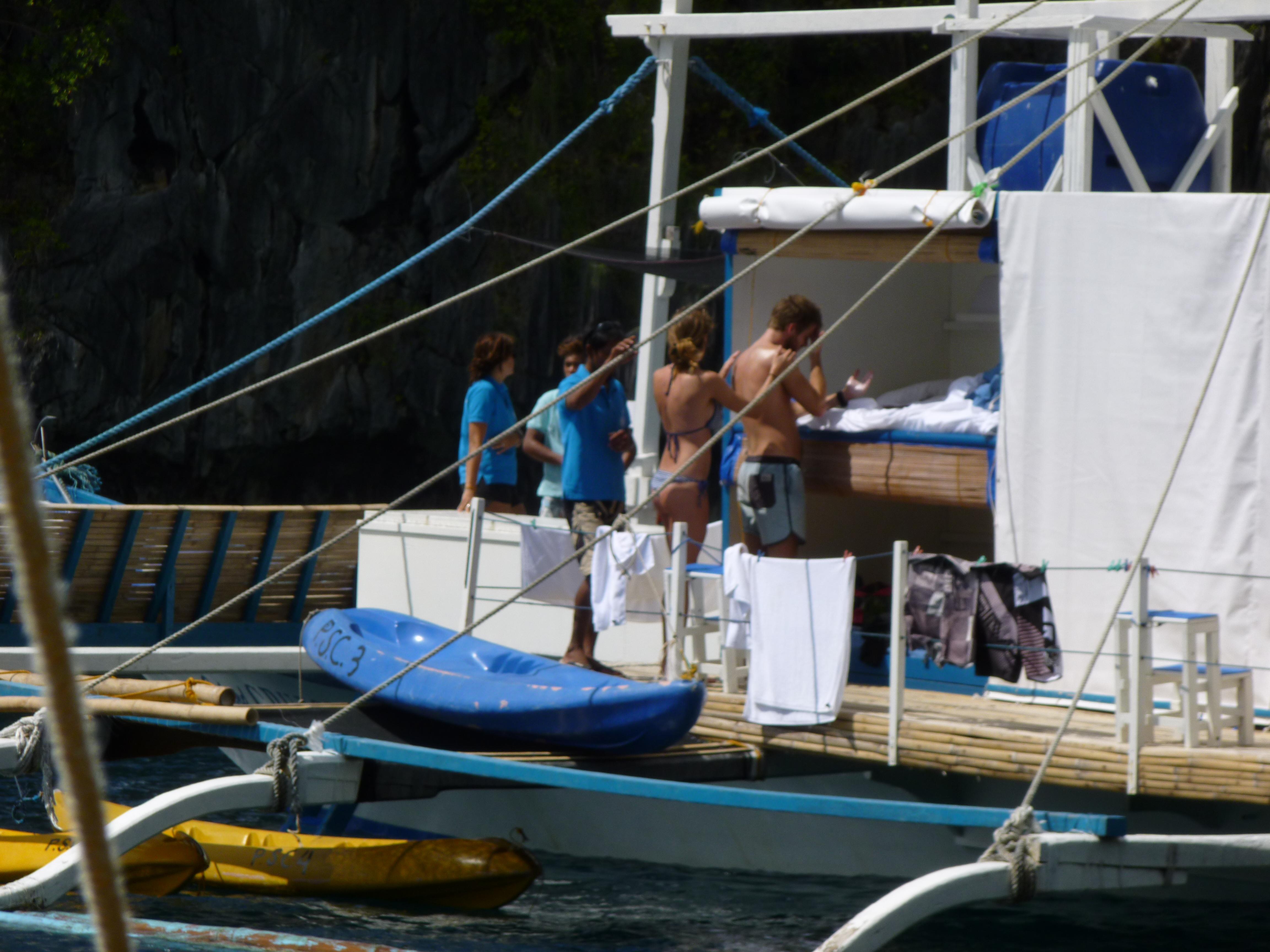 une cabine ouverte sur la mer, l'équipage en bleu