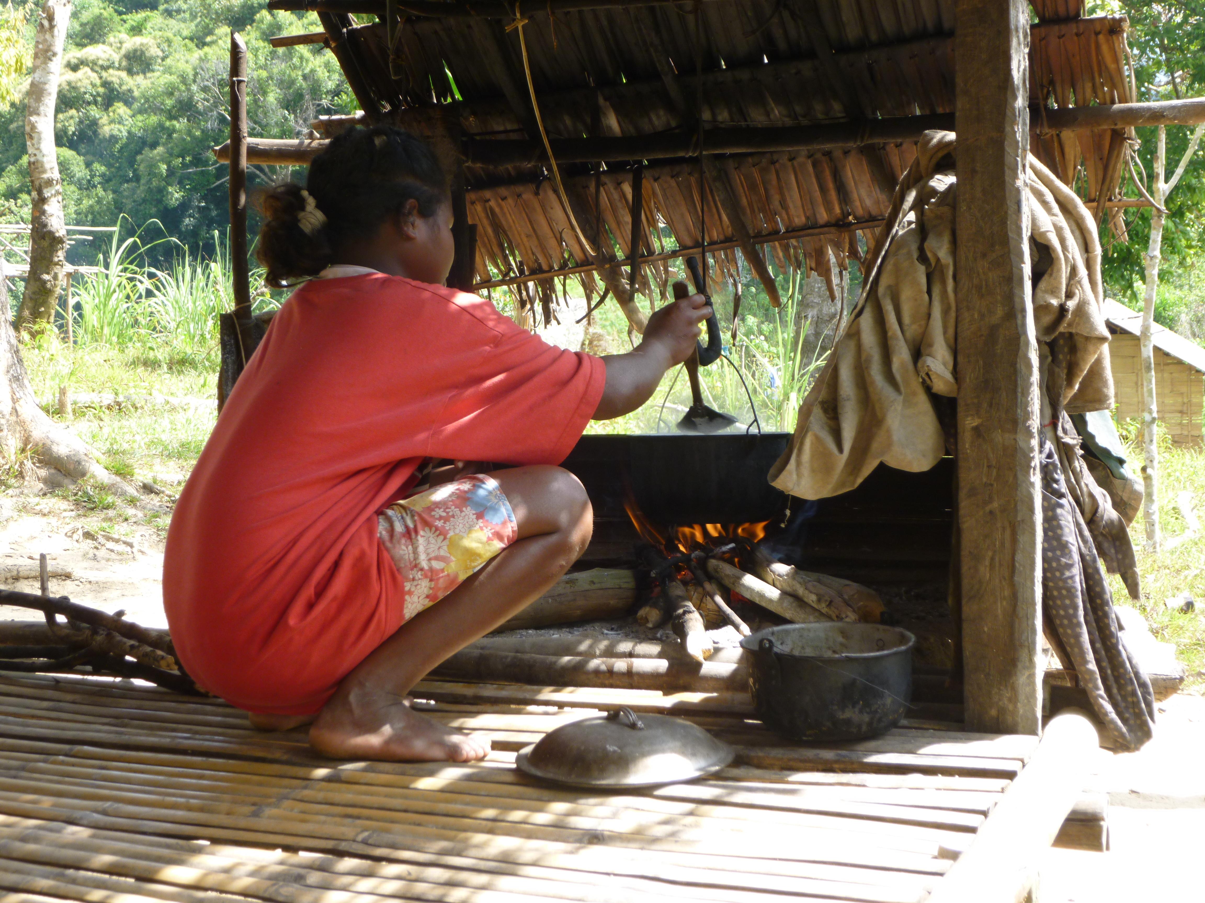jeune fille préparant le repas