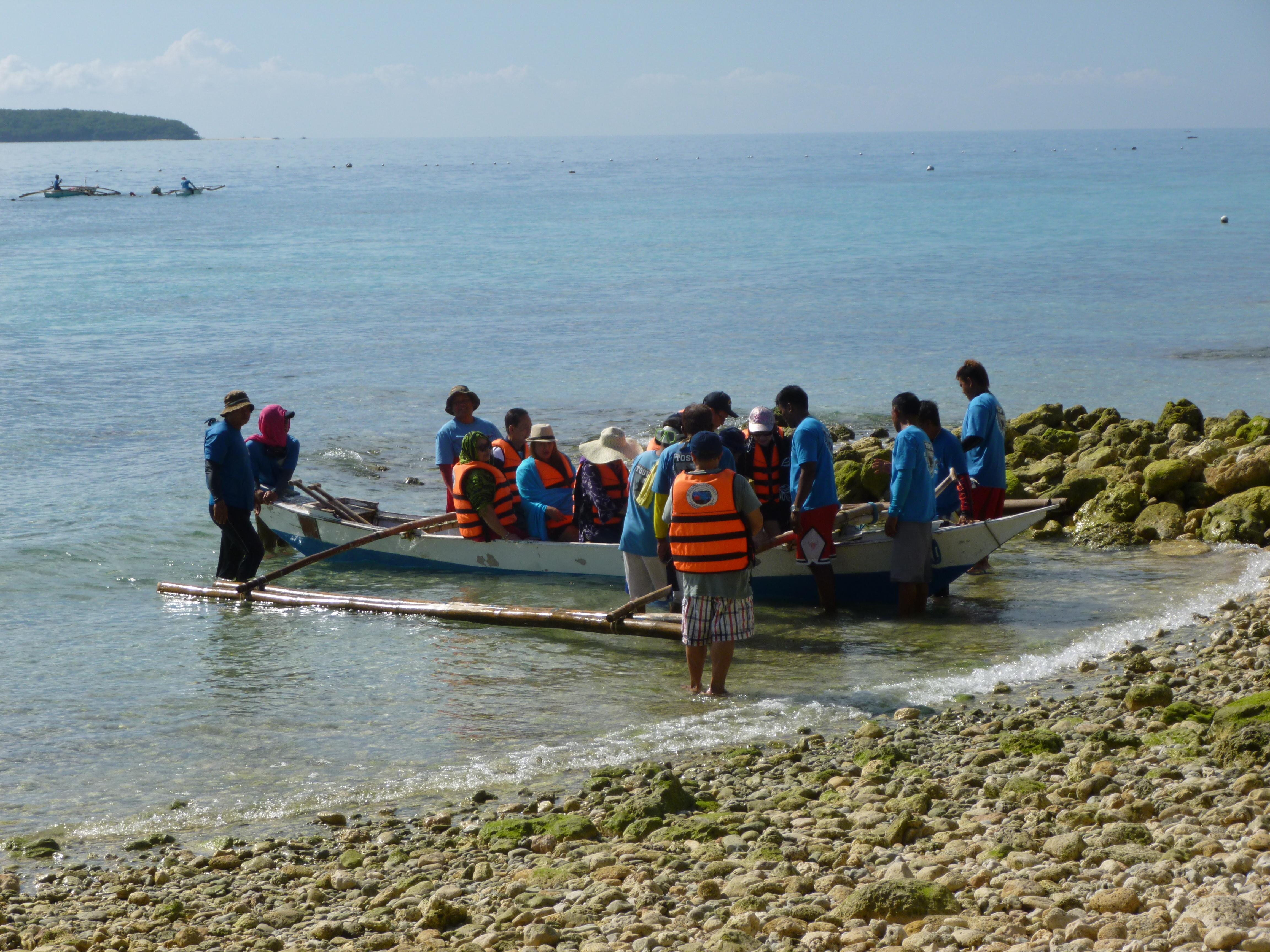 bateau pour le départ, en bleu le personnel du centre aussi nombreux que les visiteurs