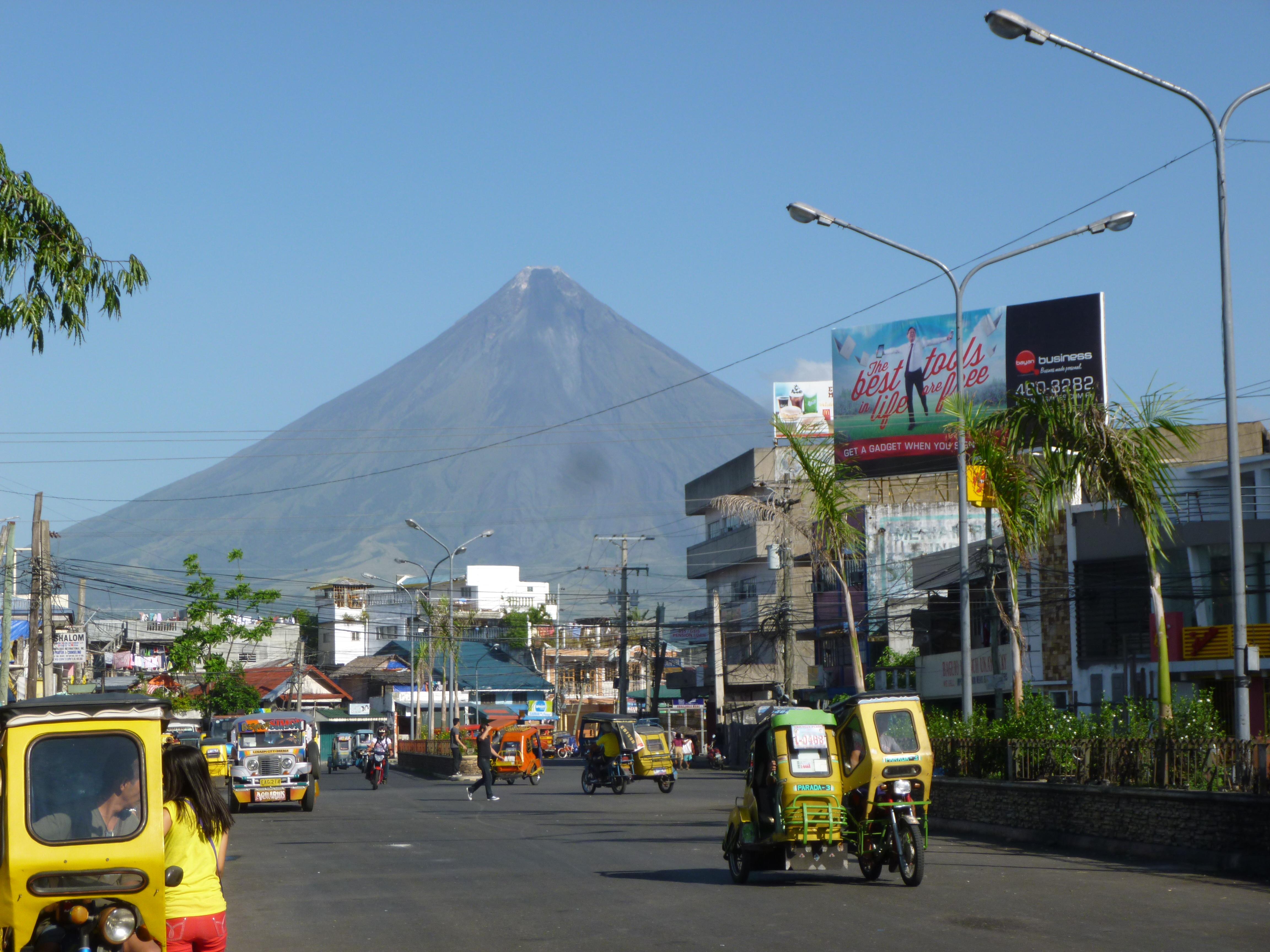 le Mayon, la perfection avec son écharpe de fumée au sommet...mais aussi imprévisible tueur d'hommes. Il est visible des 4 coins de Legaspi.