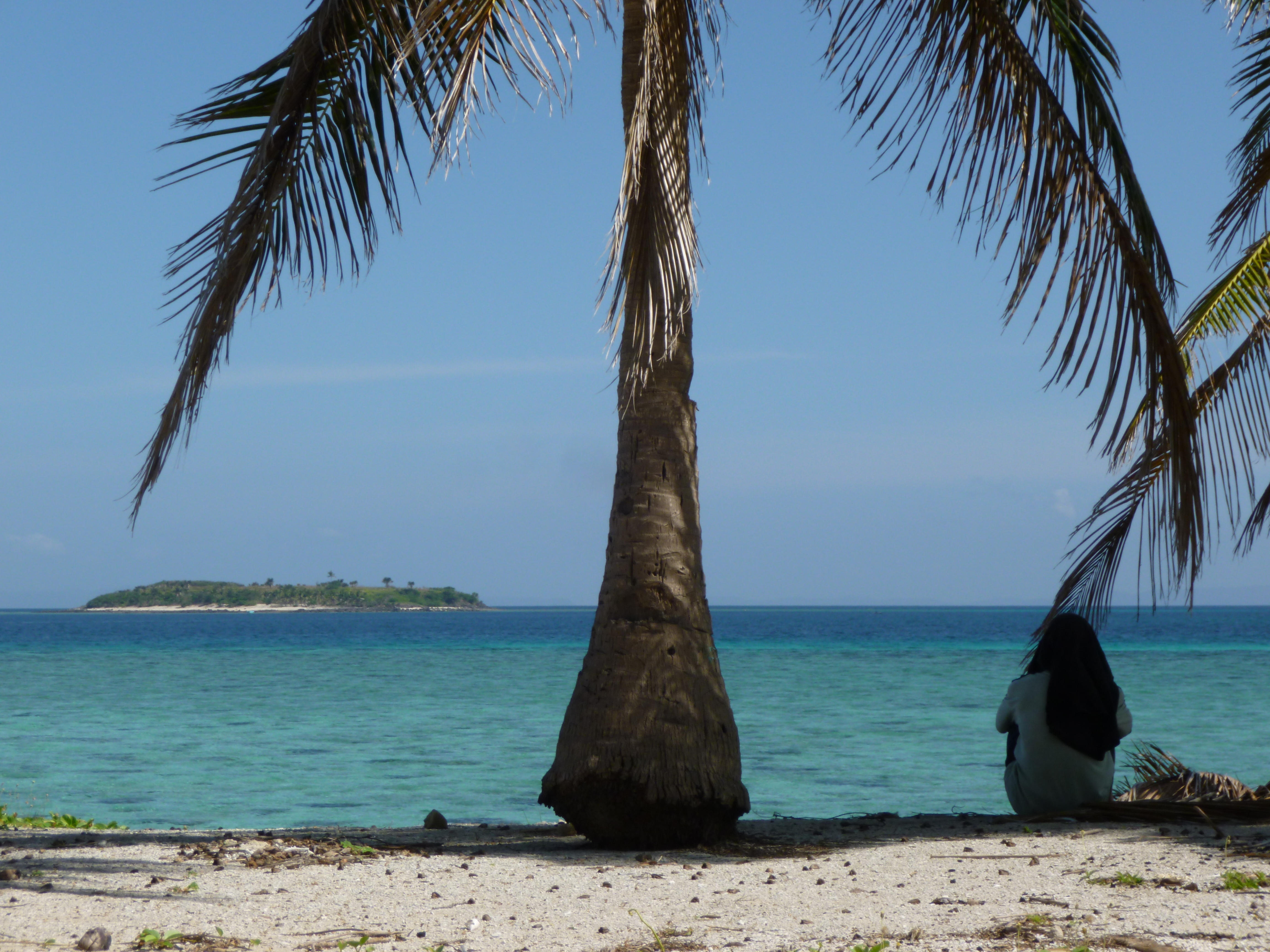 notre pêcheur nous attend à l'ombre, au loin Tinalisayan la grande
